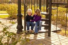Mädchen betroffen über ihren traurigen kleinen Bruder stockbilder