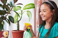 Mädchen bewässern Blume Stockfotografie