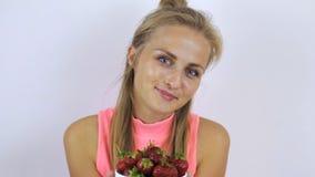 Mädchen bietet Erdbeeren an stock footage