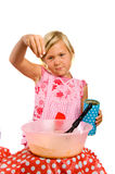 Mädchen bildet Pfannkuchenteig Lizenzfreie Stockbilder