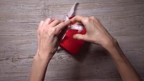 Mädchen bindet oben zwei rote Herzen mit einem Spitzen- Band, Draufsicht Romance, Liebe, Valentinstag, Verhältnis-Konzepte 4K stock video