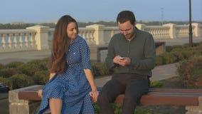 Mädchen bittet Mann Handy, zu verwenden aufzuhören stock footage