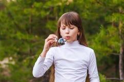 Mädchen bläst die Blase auf Stockfoto