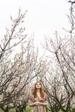 Mädchen in blühenden Gärten Lizenzfreie Stockfotos