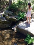 Mädchen blickt in Richtung des Flusses stockfotos