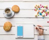 Mädchen Blogger, der Aufzeichnungen zu einem Tagebuch macht Stockfoto