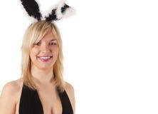 Mädchen-blondes tragendes Schürzenheldhäschen Stockfotografie