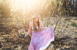Mädchen, Blumenkranz und Frühlingswald Stockfotos