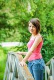 Mädchen am Brückengeländer Lizenzfreies Stockfoto