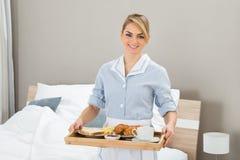 Mädchen With Breakfast Tray Stockfotos