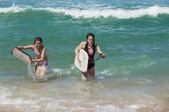 Mädchen-Brett-Strand-Wellen stockbild