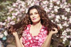 Mädchen Brunette in einem Blumenkleid Stockbilder