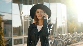 Mädchen-Chate am Telefon vor Modern Company stock video