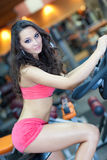 Mädchen cht in Eignunghalle einen Kreislauf durchma Lizenzfreies Stockbild