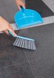 Mädchen Cleaning The Floor Stockfotografie