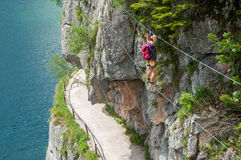 Mädchen, das in Österreich klettert Stockfotografie