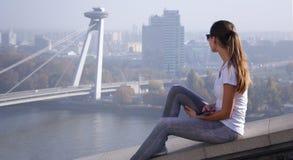 Mädchen, das über Bratislava sitzt Stockfoto