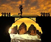 Mädchen, das über die Brücke zum neuen Jahr 2015 läuft Stockfotografie