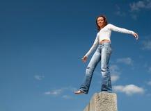 Mädchen, das über einem precipice-1 balanciert Lizenzfreies Stockfoto
