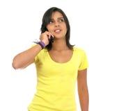 Mädchen, das über einen Handy spricht Lizenzfreie Stockfotos