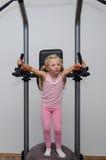 Mädchen, das Übung in der Turnhalle tut Stockbilder
