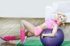 Mädchen, das Übungen auf Turnhallenball tut Lizenzfreies Stockbild