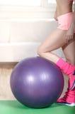 Mädchen, das Übungen auf Turnhallenball tut Stockfoto