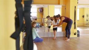Mädchen, das Übungen im Rehabilitationszentrum tut stock video footage