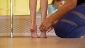 Mädchen, das Übungen mithilfe des Trainers tut stock video footage