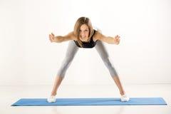Mädchen, das Übungen tut Stockfoto