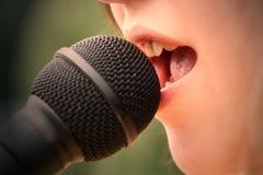 Mädchen, das 3 singt Stockfotos