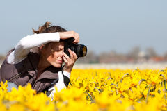 Mädchen, das Abbildungen von den Blumen bildet Stockbild