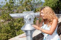 Mädchen, das Abflussrinne-Teleskop schaut stockfotografie