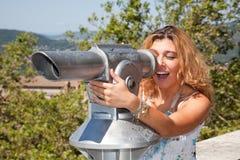 Mädchen, das Abflussrinne-Teleskop schaut stockfoto