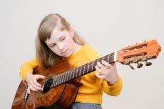 Mädchen, das acustic Gitarre spielt Lizenzfreies Stockfoto