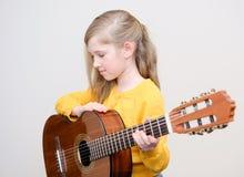 Mädchen, das acustic Gitarre spielt Stockbild