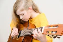Mädchen, das acustic Gitarre spielt Lizenzfreie Stockbilder