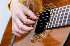 Mädchen, das acustic Gitarre spielt Stockfoto