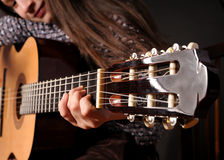 Mädchen, das Akustikgitarre spielt lizenzfreie stockfotos