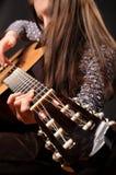 Mädchen, das Akustikgitarre spielt stockfoto