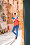 Mädchen, das in alte Stadt geht Lizenzfreie Stockfotografie