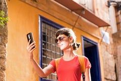 Mädchen, das in alte Stadt geht Lizenzfreies Stockfoto