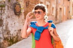 Mädchen, das in alte Stadt geht Lizenzfreie Stockfotos