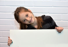 Mädchen, das Anschlagtafel hält Lizenzfreie Stockfotos