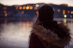 Mädchen, das Ansicht der Abendstadt genießt Lizenzfreie Stockfotos