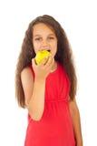 Mädchen, das Apfel isst Lizenzfreie Stockbilder