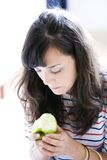 Mädchen, das Apfel isst Stockfotos