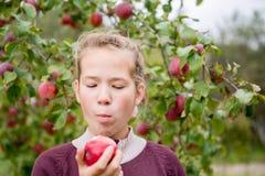 Mädchen, das Apfel isst Stockbild