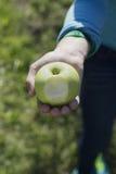 Mädchen, das Apfel mit Biss genommen hält Lizenzfreies Stockfoto