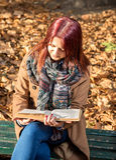 Mädchen, das auf Bank im Park sitzt Stockfoto